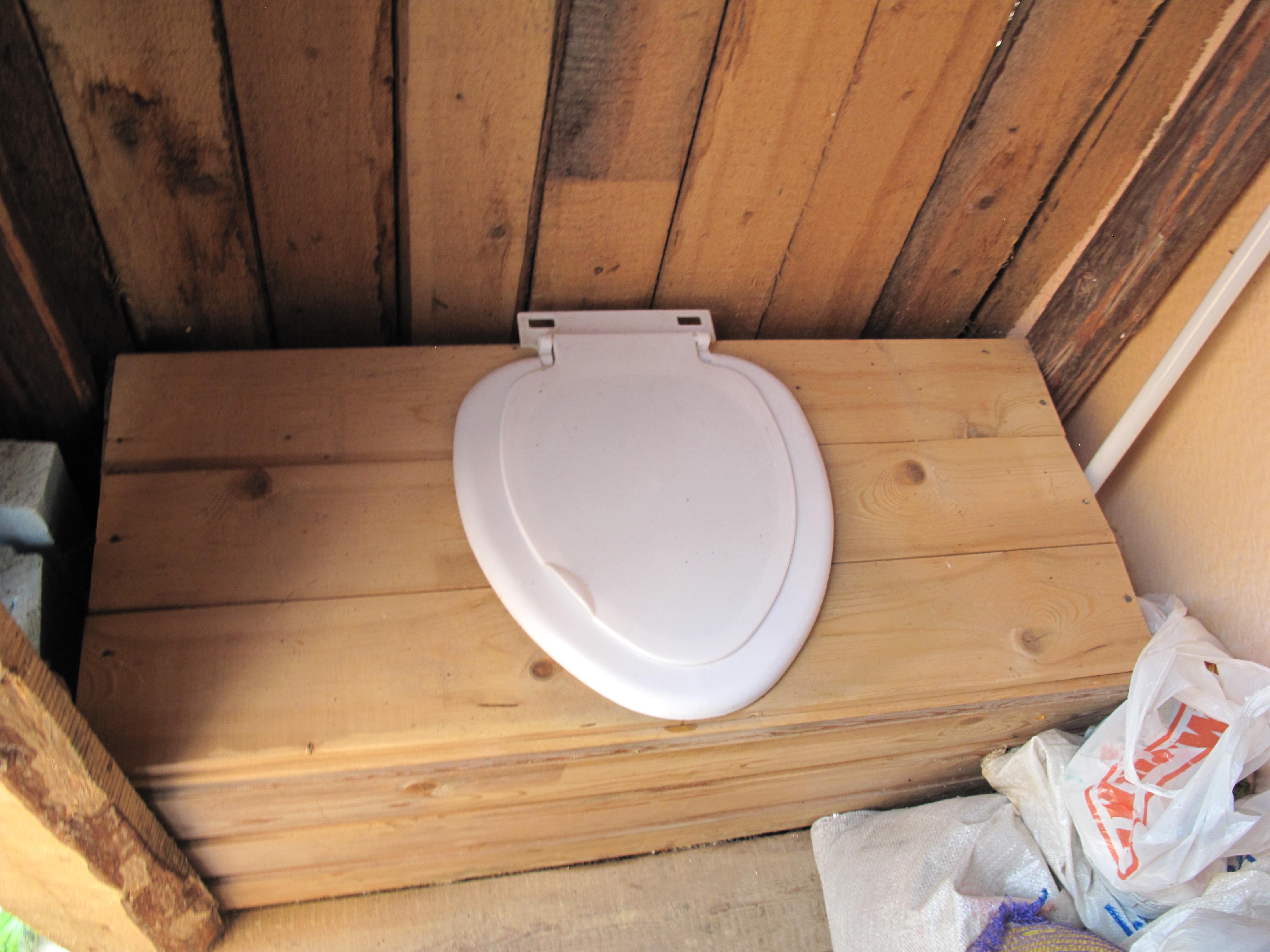 Как построить туалет на улице своими руками 9